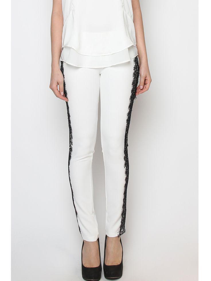 Pantalon femme moulant blanc à dentelle noire. http://milena-moda.com/