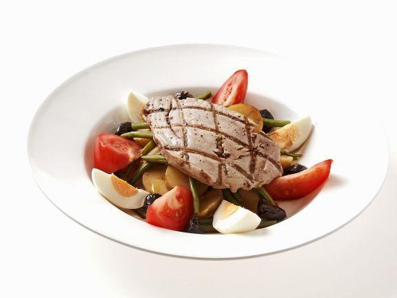 Gegrillter Thunfisch auf Gemüsesalat mit Ei ist ein Rezept mit frischen Zutaten aus der Kategorie Fruchtgemüse. Probieren Sie dieses und weitere Rezepte von EAT SMARTER!