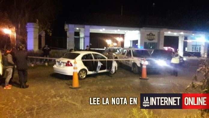 Un joven resultó herido esta noche al recibir un disparo en el cuello en la puerta del barrio privado Abril Club De Campo, en el partido bonaerense de Berazategui, tras ser abordado por un delincuente que intentó robarle el auto en el que se desplazaba.  Todo sucedió cerca de las 21.   #policiales #ultimo momento