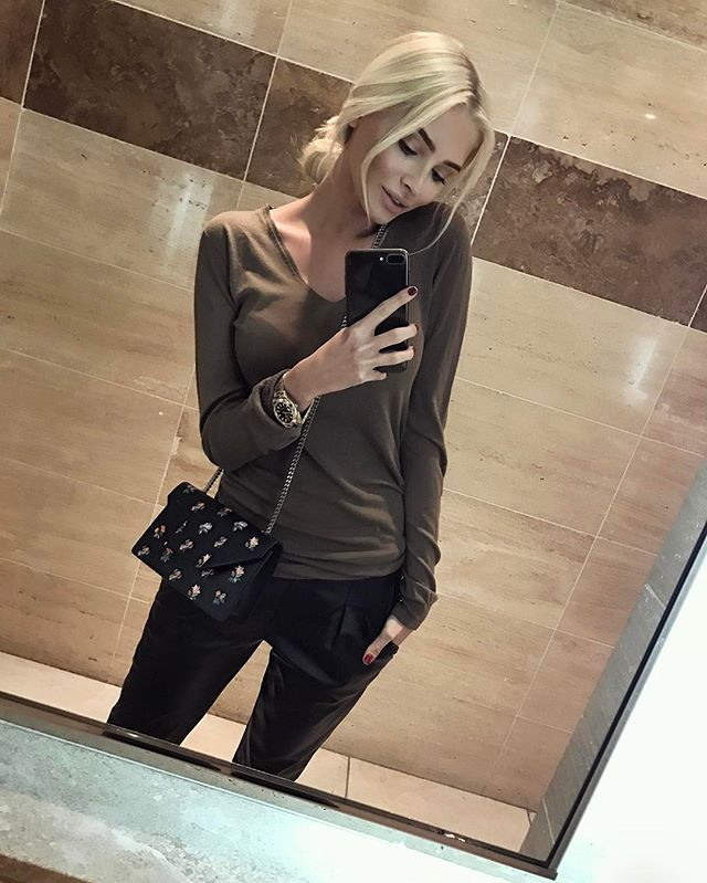 """Alena Shishkova - """"When you need a stylish bag to match my image, I have #vipavenue ☺good but Why here? A because there is always plenty to choose And now they still SALE -50% """""""