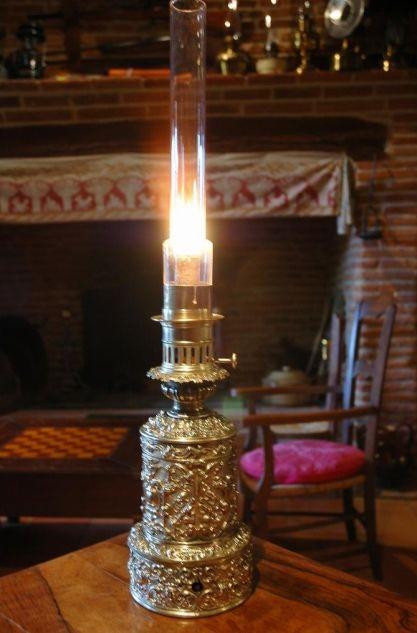 Lampe à mécanisme d'horlogerie. L'horloger Carcel et Carreau déposèrent en 1800 un brevet de lampe à huile à mouvement d'horlogerie. Ce mouvement, placé sous la lampe, entraînait une pompe placée au fond du réservoir. Cette pompe immergée dans l'huile montait celle-ci  jusqu'à la mèche. Beaucoup de lampistes déposèrent des brevets pour améliorer ce système de lampes: Gagneau en 1819, Rimbert 1826, Carreau 1834, Cadot 1838. Certaines de ces lampes furent réutilisées pendant la guerre de…