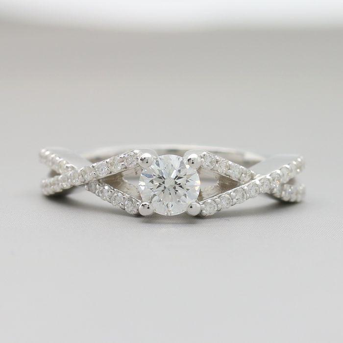 Online veilinghuis Catawiki: Witgouden ring met 0,68 ct aan briljant geslepen diamant F-G / Fijn witte diamanten, centraal 0,40 ct G/VVS2 diamant