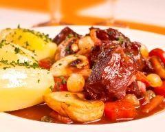 Boeuf mariné à la bourguignonne : http://www.cuisineaz.com/recettes/boeuf-marine-a-la-bourguignonne-13569.aspx