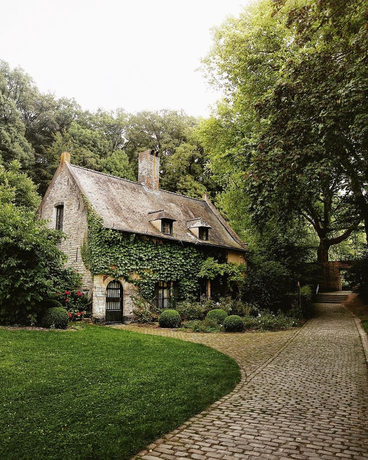 25 best ideas about cobblestone driveway on pinterest for Cottage anglais