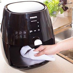 Bekijk uitleg en tips om de mand, opvangbak en het verwarmingselement van je Airfryer goed schoon te maken, zodat hij lang meegaat en fris blijft.