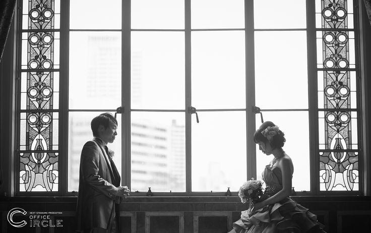 素敵なステンドグラスの前での撮影。歴史ある大阪市中央公会堂での撮影は前撮りもより特別な1日になりますね☺︎ロケーションフォト#前撮り#フォトウェディングのご予約受付中です☺︎ 人気の#和装前撮りもご予約可能* * #大阪市中央公会堂 #日本中のプレ花嫁さんと繋がりたい#