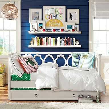 daybed with trundle??? best idea for the craft room. you can sit when no one is staying and then sleep lots of bodies!