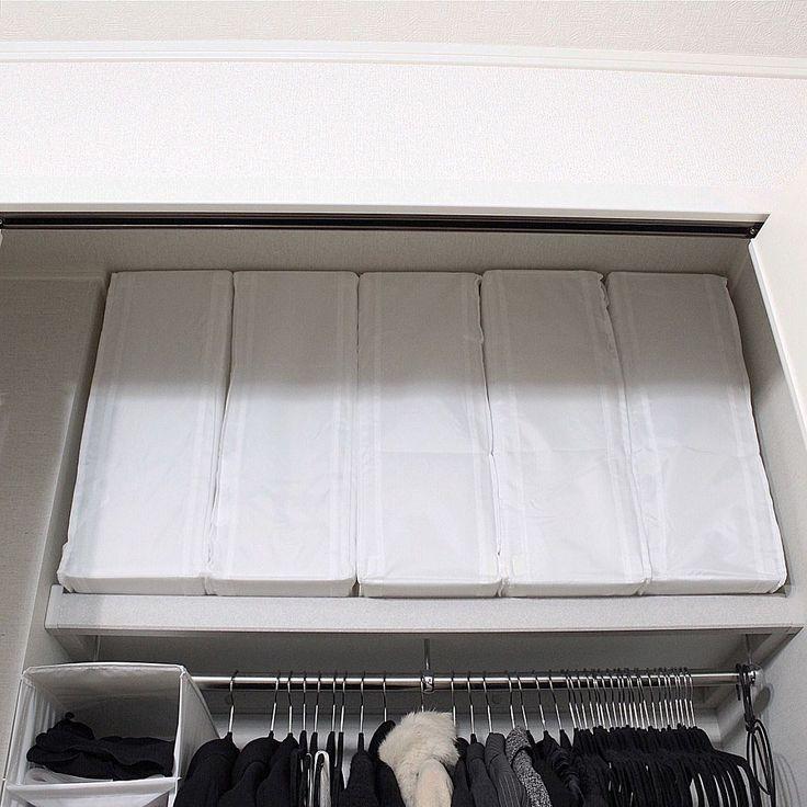 IKEAの「SKUBB収納ケース」。IKEAオンラインでは現在2サイズ販売されていますが、小さい44×55×19 cmでも、シングルサイズ羽毛布団が1枚は入るようです。お値段も999円とお手頃。