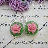 Vaaleanpunaiset ruusut vihreällä pohjalla #ruusucamee #vanhanaikainenkoru #vintage #roses #helmipaikka