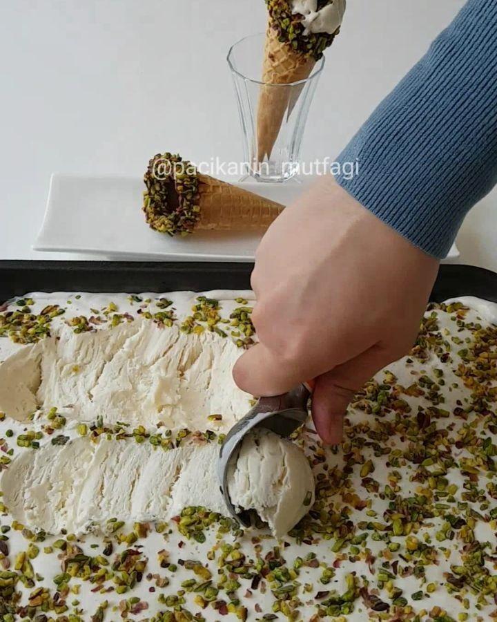 Ev Yapımı Gerçek Dondurma Tarifi için Malzemeler 1 litre süt 2 kutu krema (400 ml) 1 çay bardağı toz şeker 1 paket vanilya 1 tatlı kaşığı saf salep Üzeri için;