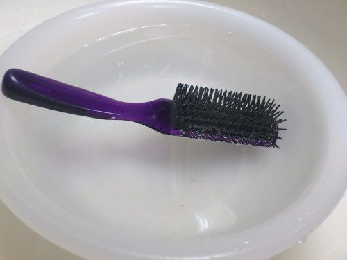 ヘアーブラシに付いた髪の毛や汚れって取れにくい・・・  毎日使っているものなのに、突然気付くヘアーブラシの汚れ。ヘアーブラシの奥の方に絡みついた髪の毛やホコリ、ヘアスタイリング剤の汚れって指で取ろうとしても頑固にくっついていて、取れにく