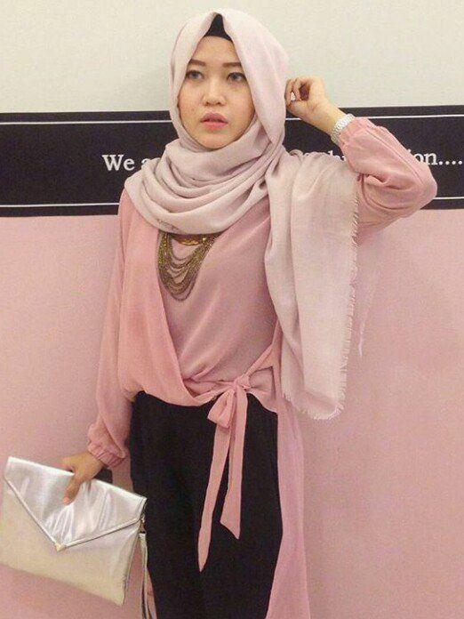 Photo Wanita Berjilbab Sendiri Pegang Tas - Mau Cari Jodoh Model ini
