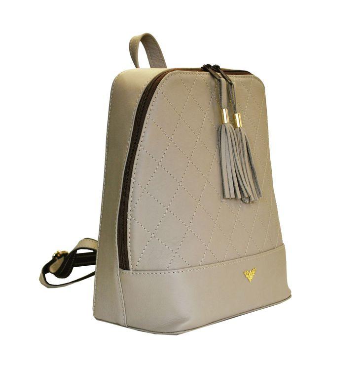 Štýlový dámsky kožený ruksak je vyrobený z pravej kože, je tým odolný a lepšie odoláva vlhkosti. Do ruksaku zmestíte všetky svoje potrebné veci.. https://www.vegalm.sk