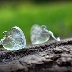 Náušnice / Earrings / Orecchini   Nežné, jemné, romantické, vzdušné...  Nádherné náušnice zo živice v tvare maličkých srdiečok. V živici sú zaliate semená púpavy. Pôsobia veľmi jemne. Srdiečka sú hrubé cca...