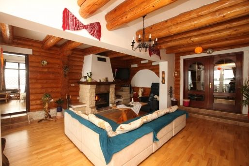 În stil rustic românesc: casă de vacanță realizată din bușteni