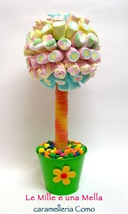 alberello di caramelle realizzato con marshmallow, anelli gommosi frizz e lenticchie al cioccolato