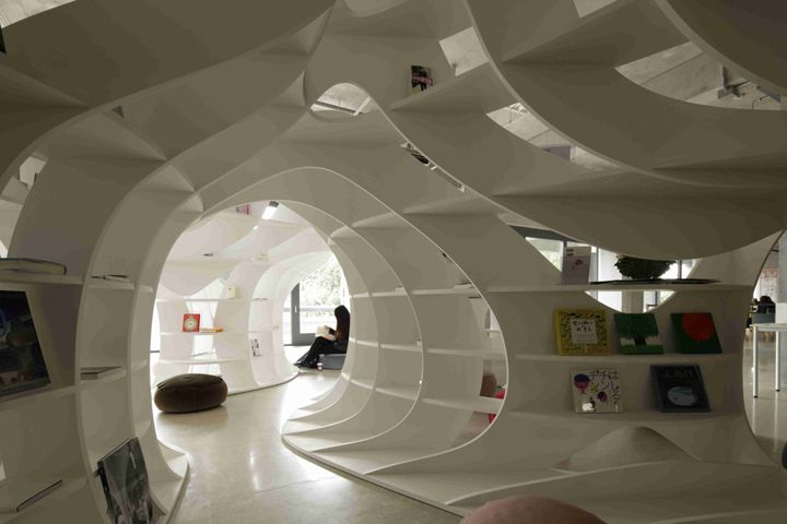 cave of books 本の洞窟 空間デザイン事例 デザイン情報サイト jdn 空間デザイン 洞窟 図書館デザイン