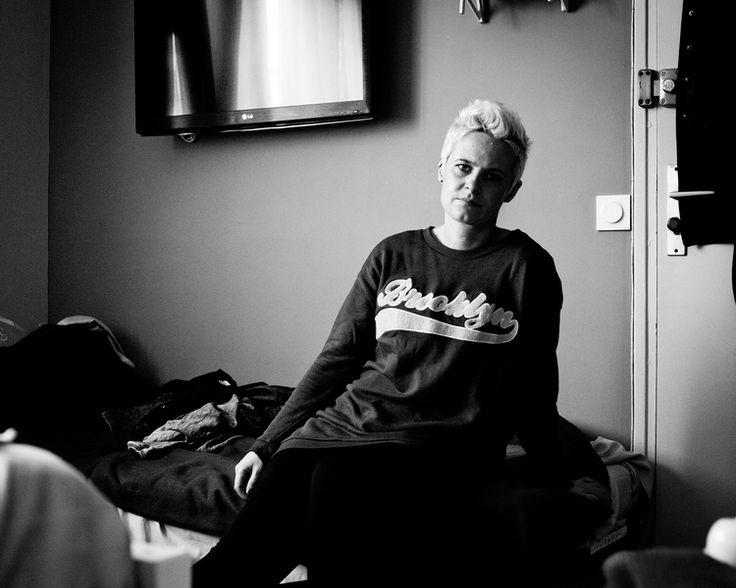 Portretfotografie documentaire zelfportret zwart-wit boos verdriet Honfleur Eindhoven. IT IS NOT WHAT IT SEEMS. Foto door Marijke Krekels Fotografie