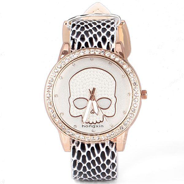 Precioso reloj con diseño de calavera y correas simulación cocodrilo blanco y negro.   $7.990