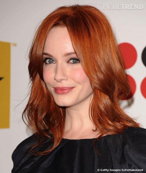 """Découverte en secrétaire flamboyante dans la série """"Mad Men"""", Christina Hendricks attire aussi les regards sur le tapis rouge avec sa coiffure de cheveux roux."""