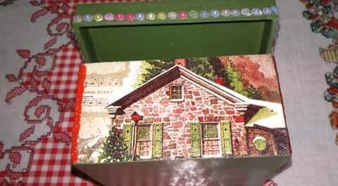 Caixa para lembrancinhas - acompanha sabonete Medidas: 10 cm X 10 cm X 5 cm Técnica: Decoupage na caixa e no sabonete