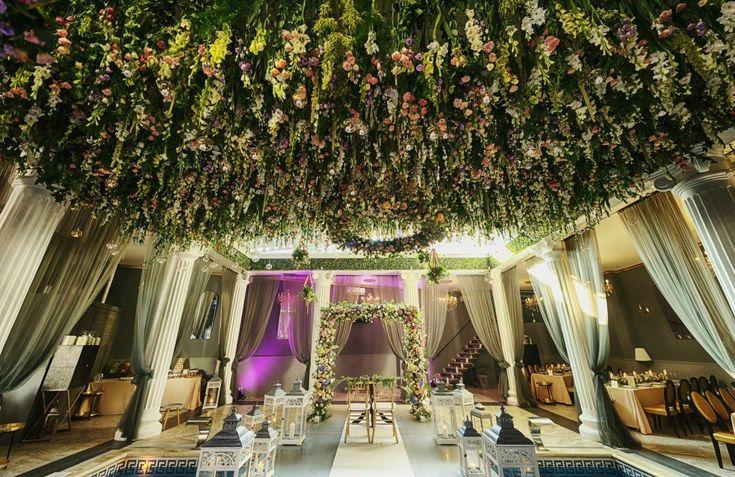 amazing flower ceiling | wedding flower ceiling | wedding flower design | design eveniment | tavan cu flori naturale by Idyllic Events #flowers #wedding #amazing #eventdesign