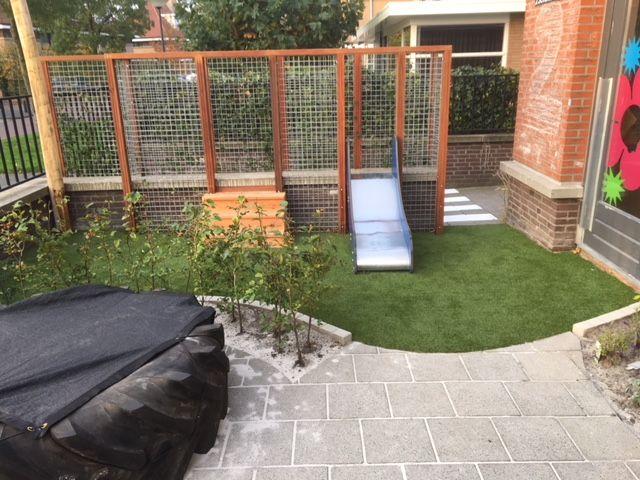 Locatie 2Schuiten heeft een prachtige vernieuwde tuin, met een glijbaan verwerkt in de tuinelementen.