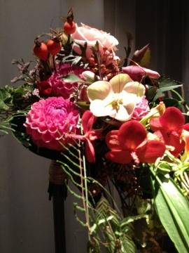 Nils Normann Iversen  Blomsterdekoratører i Oslo viser brudebuketter