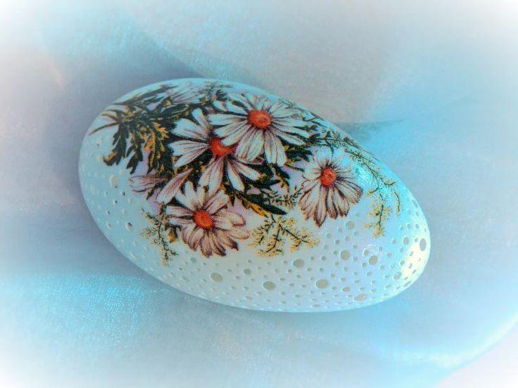 Ażurowe pisanki | azalea Ażurowa pisanka z motywem kwiatowym wykonanym techniką decoupage. Więcej na azalea.com.pl