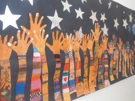 mural manos alzadas