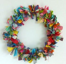 Kleurrijke kerstkrans met strikjes #Kerst #DIY
