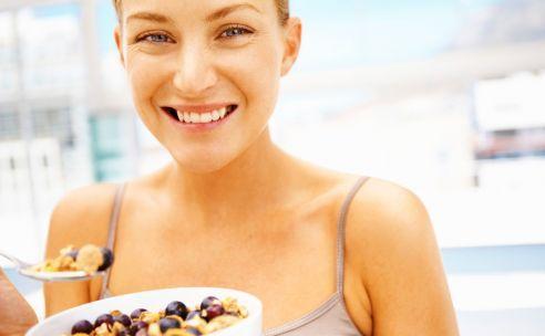 Sporten en eten, het is soms een heel gepuzzel. Wat doe je als je wilt afvallen, maar je van sporten heel veel honger krijgt? Wat eet je als je voor de training? En welke snack is perfect voor na het sporten?