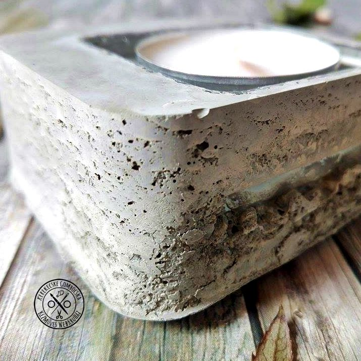 Nyers, beton mécsestartó szögletes üvegbetéttel - 1990 Ft  Lyukacsos mintázatú, betonból készült gyertyatartó. Az anyagot a nyers valójában kedvelőknek készült tárgy. Az üvegbetétnek köszönhetően a teamécses cserélhető. A mécsestartó mérete: 6,5×6,5 cm