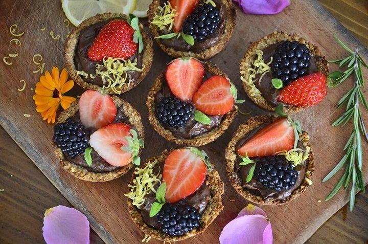 Mini tarte vegane cu ciocolata din avocado