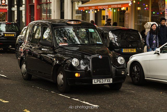 London streets // the ubiquitous and iconic black cars are nearly on every corner. They are really kind of a cool thing. . If you're going to London use the Gett app. It's pretty much an Uber clone but specific to this taxi service. Best part is you can get a flat rate! . . #explorelondon #blackcar #blackcab #chasinglight #justgoshoot #acertainslantoflight #makemoments #toldwithexposure #acolorstory #vsco #vscocam #nothingisordinary #visualsoflife#openmyworld #ourplanetdaily #lonelyplanet…