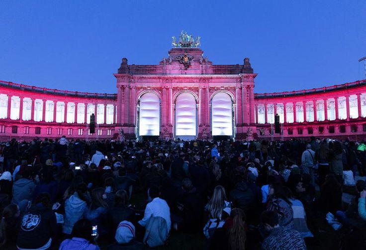 Feier: Etwa 30.000 Menschen haben in Brüssel 25 Jahre deutsche Wiedervereinigung gefeiert. Die deutsche EU-Vertretung hatte zu dem ungewöhnlich aufwendigen Licht- und Klangspektakel im Parc de Cinquantenaire nahe des Europaviertels eingeladen. Mehr Bilder des Tages auf: http://www.nachrichten.at/nachrichten/bilder_des_tages/ (Bild: EPA)