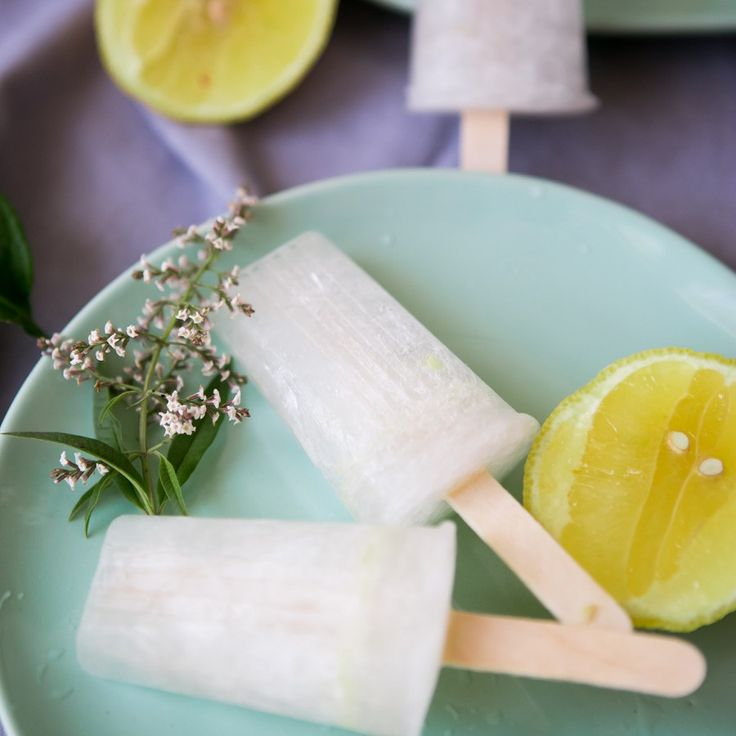 Gin and Tonic Ice Lollies are the best summers treat. They are super refreshing and full of lemon flavour. Gin and Tonic Ice Lollies are really easy