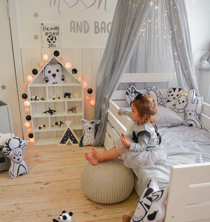Черно-белые тайские фонарики для комнаты девочки в скандинавском стиле. / Monochrome cottonball lights for scandinavian style girl nursery.