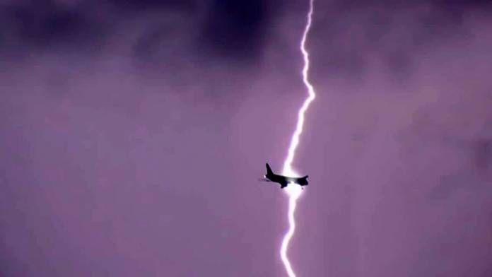 Έξι φορές που κεραυνοί χτύπησαν αερoπλάνα και η κάμερα κατέγραψε τη σκηνή (video) Crazynews.gr