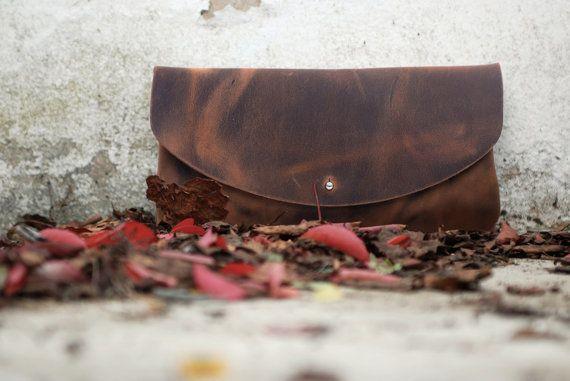 Pochette en cuir marron. Ce sac en cuir rustique est la main de façon artisanale, totalement main cousu. Cette tirer vers le haut en cuir ou