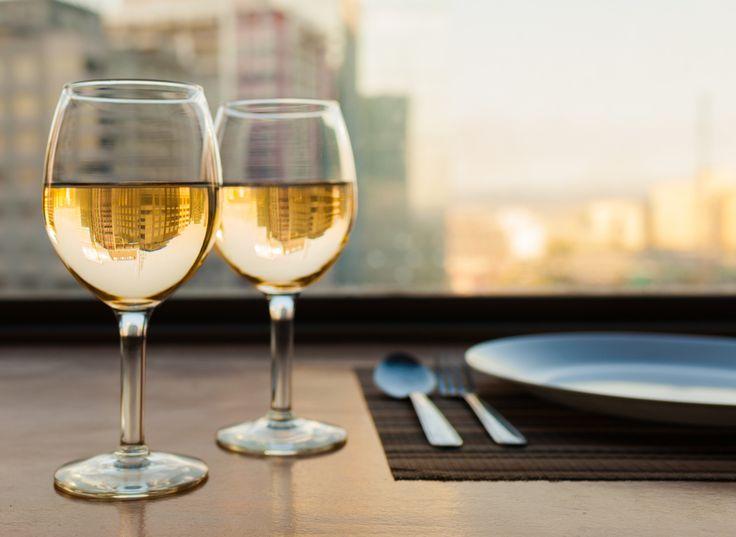 Weinschorle ist erfrischendes Mixgetränk. Hier finden Sie Weinschorle Rezepte mit Wasser, Sprite oder Cola sowie Infos zu Kalorien und Alkoholgehalt.