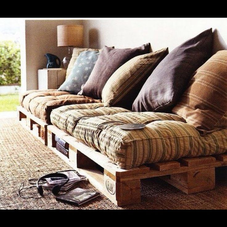 DIY couch w/ pallets  Actually think this looks cool as heck