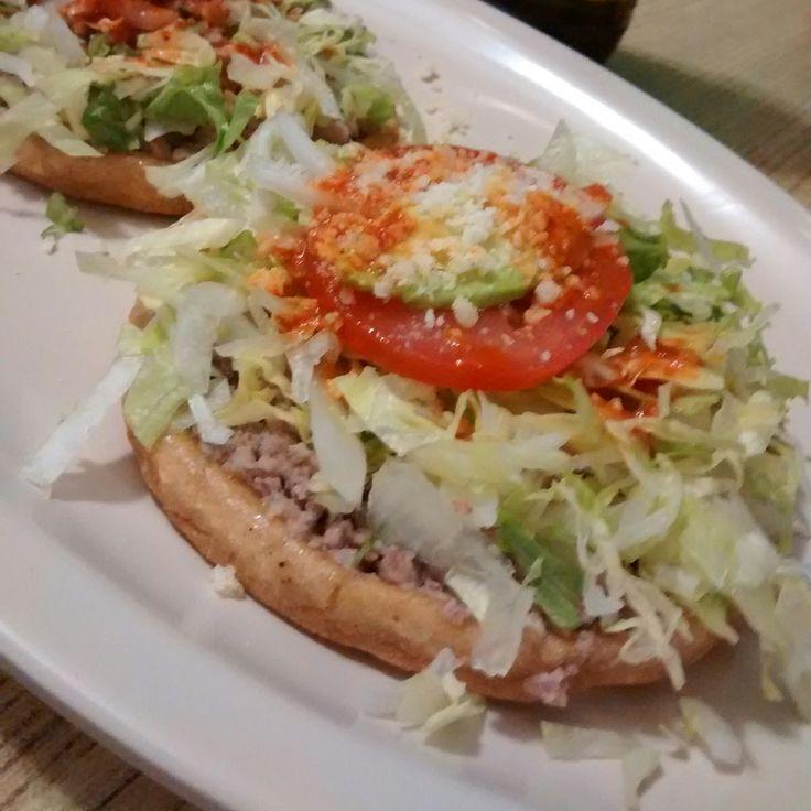 Sope estilo Zacatecas, Base con mayonesa, carne molida con especias, Lechuga, Rodaja de Jitomate y de Aguacate con un poco de salsa roja.