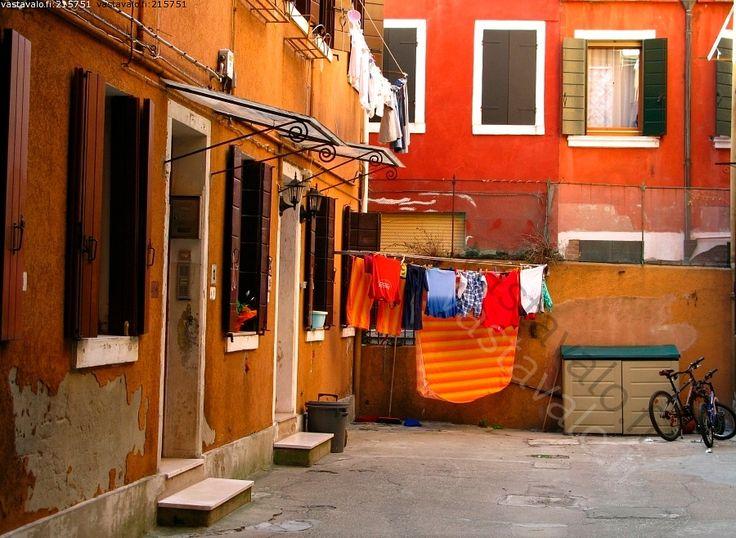 pihapiirin pirteät pyykit - piha sisäpiha pyykkinaru pyykit polkupyörä punainen talo seinä ovet ikkunat piristys pirteä kuivumassa italia burano