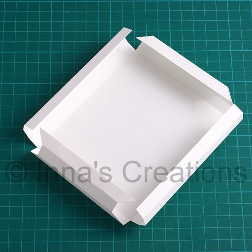 This time I'd like to share with you a simple and easy way to make a paper picture frame, like the one shown in the photo above. Personally...