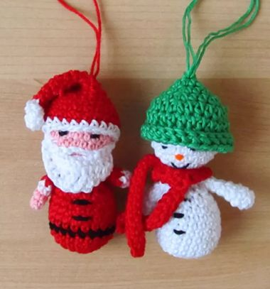 Miniature crochet snowman (free amigurumi pattern) // Miniatűr amigurumi hóember (ingyenes horgolásminta) // Mindy - craft tutorial collection // #crafts #DIY #craftTutorial #tutorial #DIYToys #ToyMaking #HandmadeToy