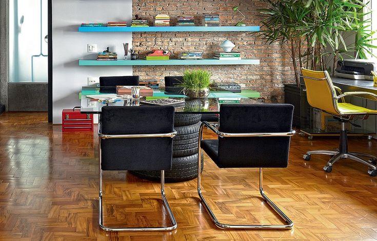 O arquiteto Diogo Oliva improvisou uma mesa de jantar com tampo de vidro e três pneus