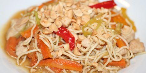 En thai-inspireret ret med en masse forskellige smagsnuancer i form af blandt andet grøntsager, kylling, nudler og fond.