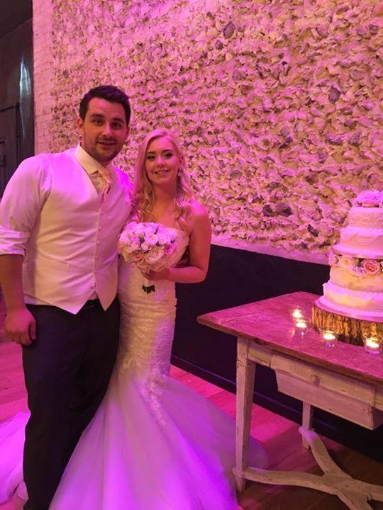 #weddingcake #cakecutting #barnweddings #granaryestates #granarybarns #tealights #beauitfulbride #pinkLEDlights