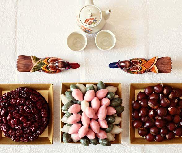 Gâteaux de riz cuits à la vapeur coréens traditionnels remplis de pâte de haricots rouges, appelé tteok, sont servis avec des fruits secs, des noix et du thé.